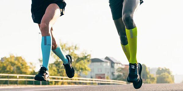 une femme et un homme qui courent avec les CEP
