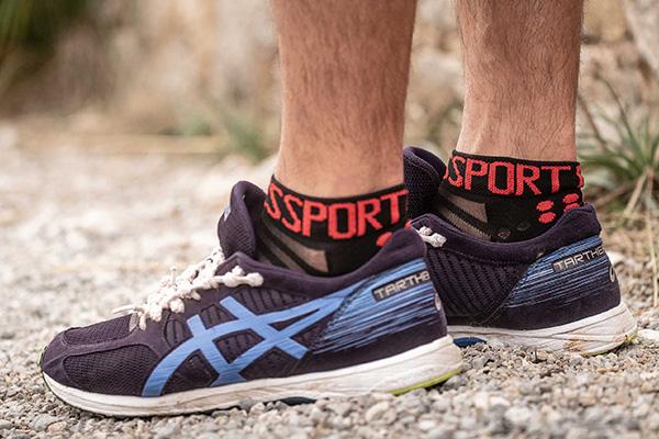 zoom sur les pieds d'un coureur portant les chaussettes Run Low