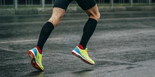 coureur avec chaussettes de compression