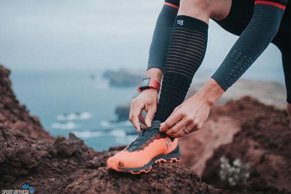 image chaussettes sur un coureur en bord de mer
