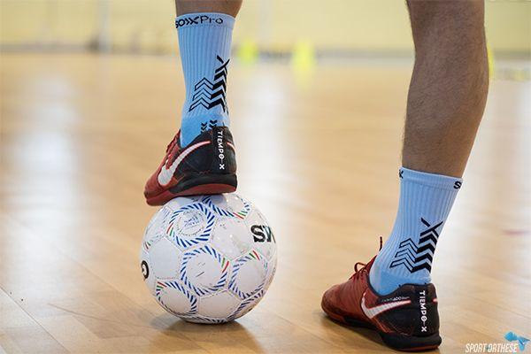 personne jouant au futsall avec des chaussettes soxpro